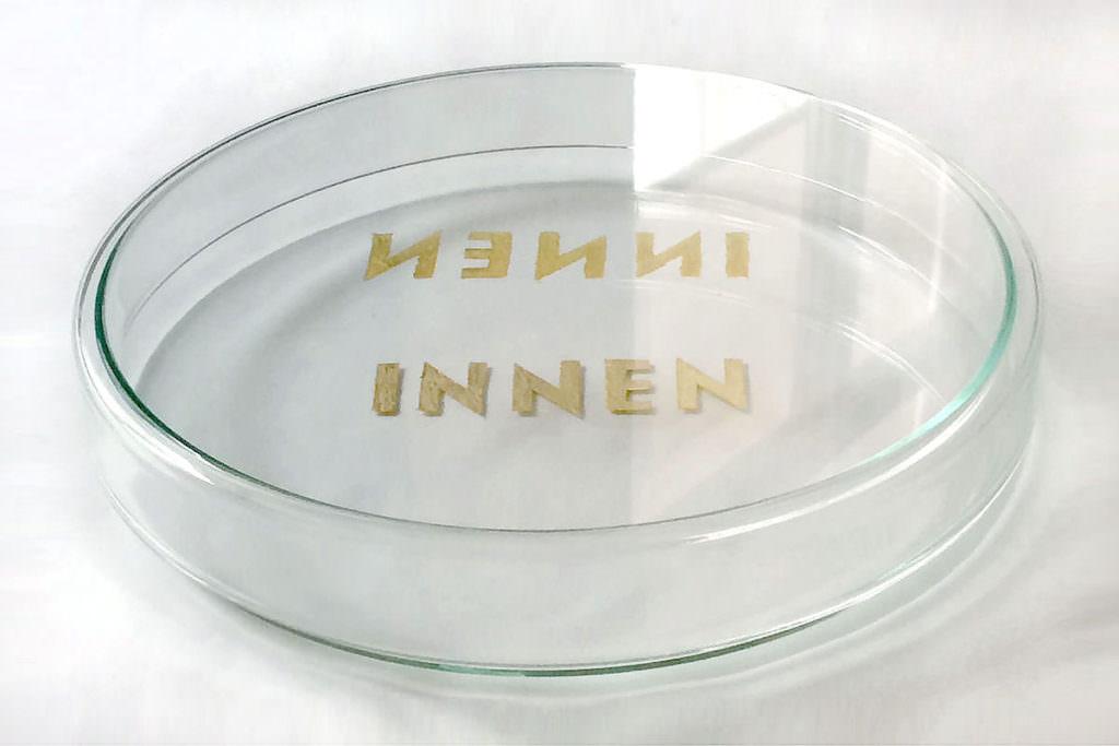 Glaspetrischale mit goldener Beschriftung INNEN