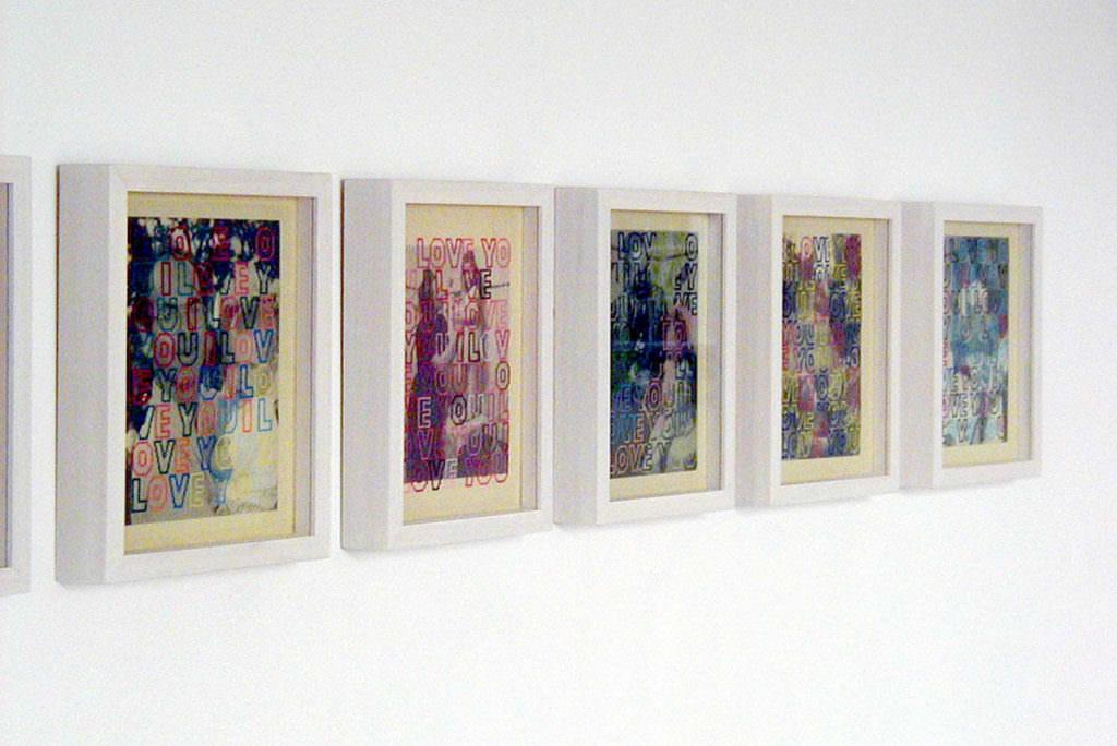 Reihe von Objektrahmen mit Petit Point Stickerei an der Wand