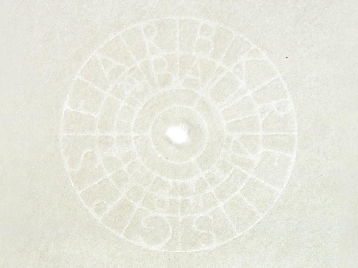 kreisförmiges Wsserzeichen in handgeschöpften Papier (Detailaufnahme)