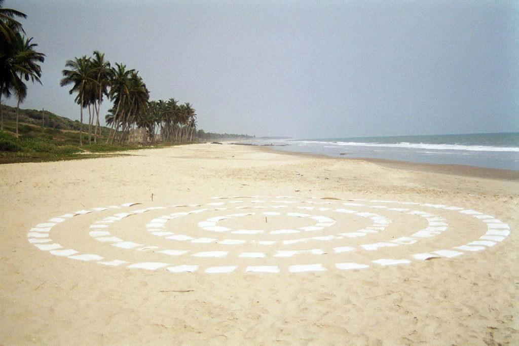 Weisse Kreise auf Sandstrand mit Palmen